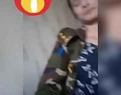 वीडियो कॉल में अपने bf के लिए अंगुली करती बांग्लादेशी सैन्य अधिकारी
